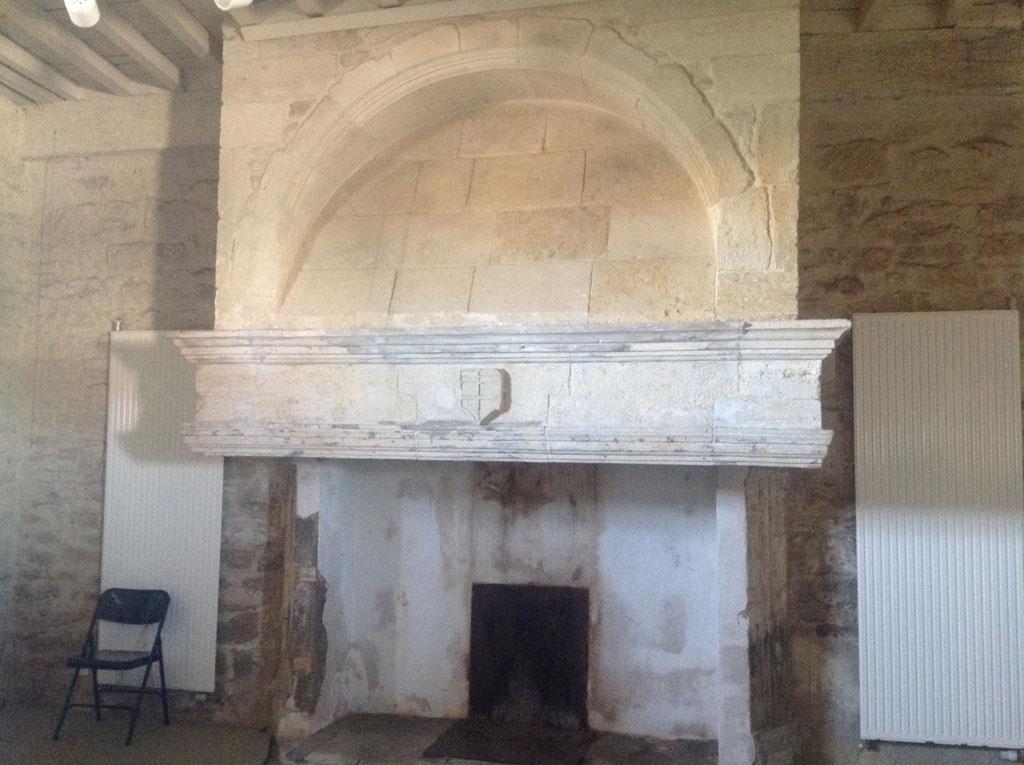 À l'intérieur du château une belle cheminée.