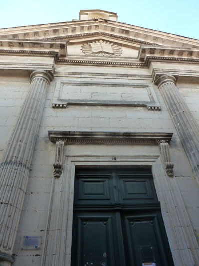 Le temple au livre de Lunel, dans le quartier ancien, immense dans une petite rue de 3 mètres de large !