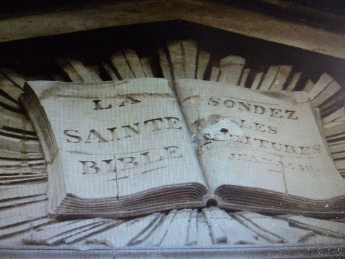 Le livre en haut de la façade du temple