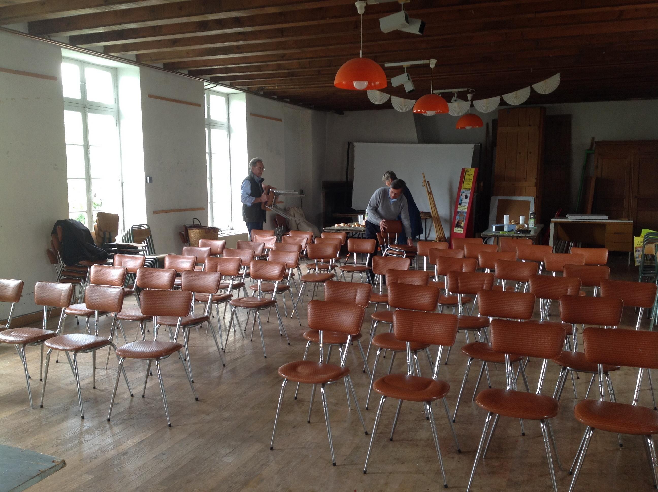 Les chaises n'attendent plus que le public.