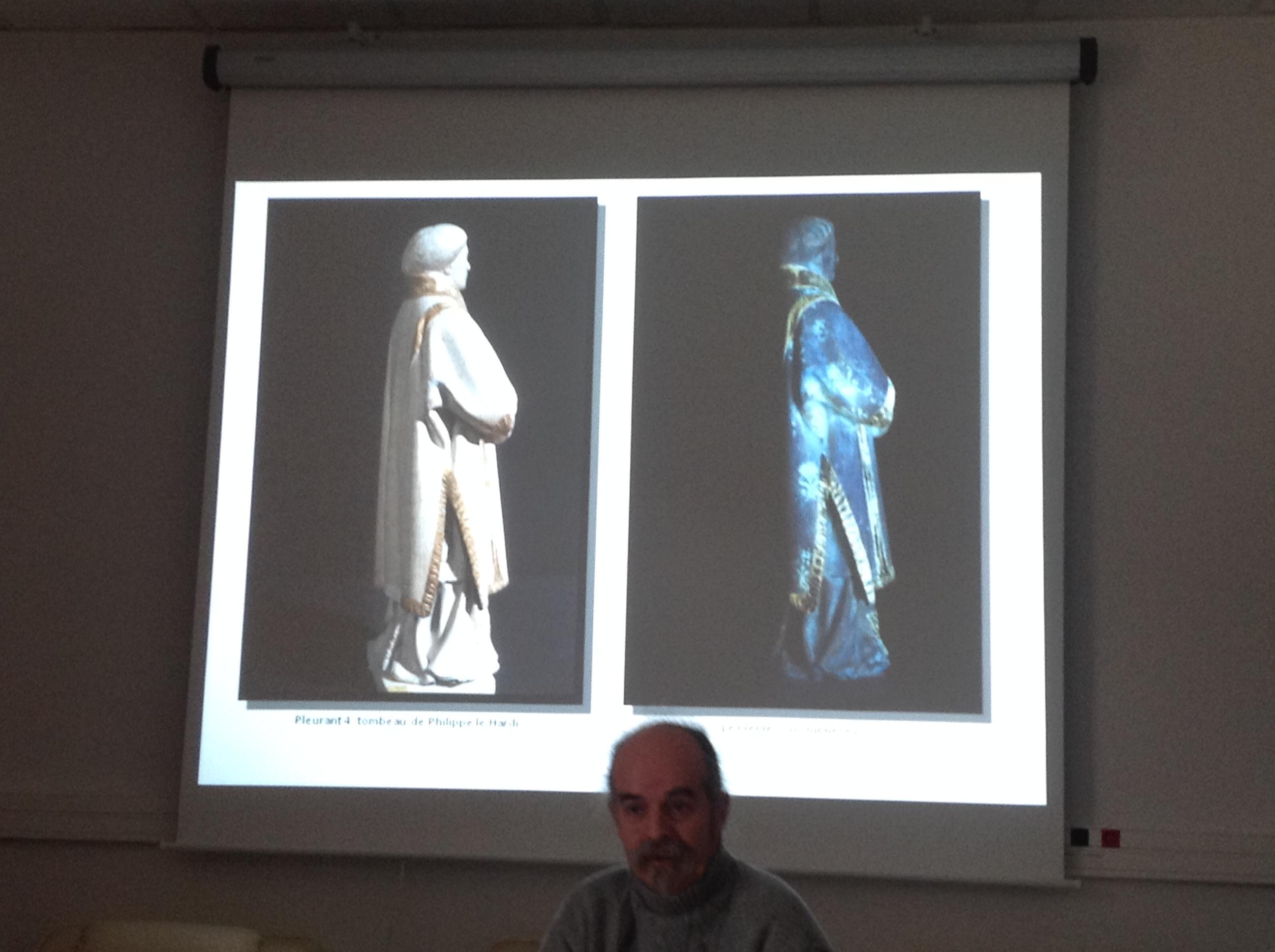 A gauche, un pleurant vu à l'oeil nu, et à droite, au moyen de rayon X, ce qui permet de voir des motifs invisibles par l'oeil