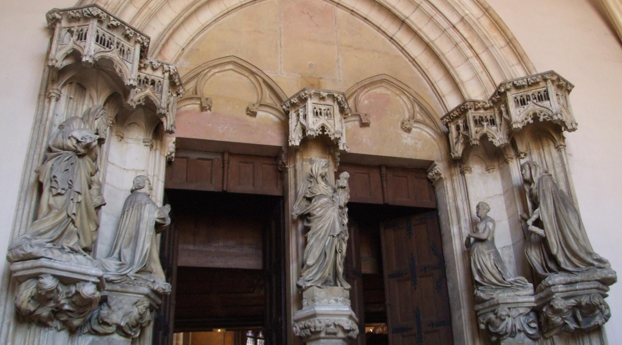 Le portail de la chartreuse de Champnol. Philippe le Hardi et Marguerite de Flandre, fondateurs de la chartreuse, sont en prière devant la Vierge et l'enfant.