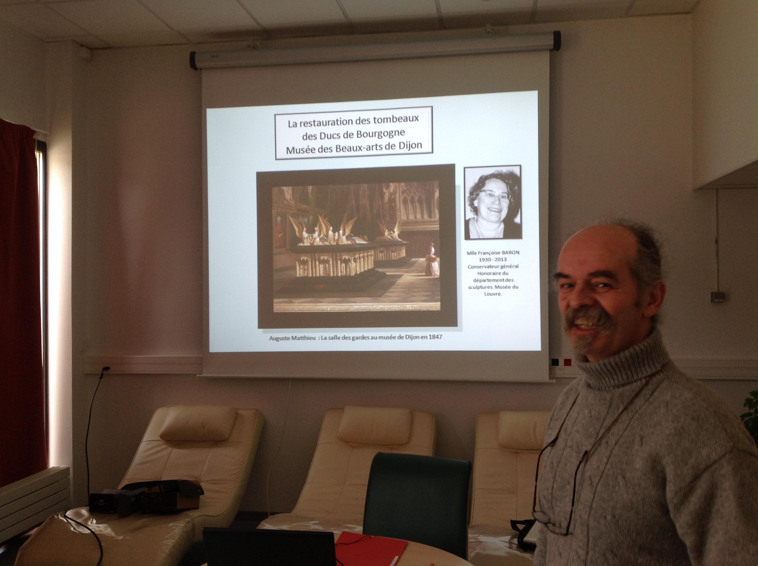 Benoit LAFAY, dédie la conférence à Melle Françoise BARON, Conservateur général Honoraire du département des sculptures au Musée du Louve, et va nous parler de la grande opération de restauration des tombeaux des Ducs de Bourgogne.