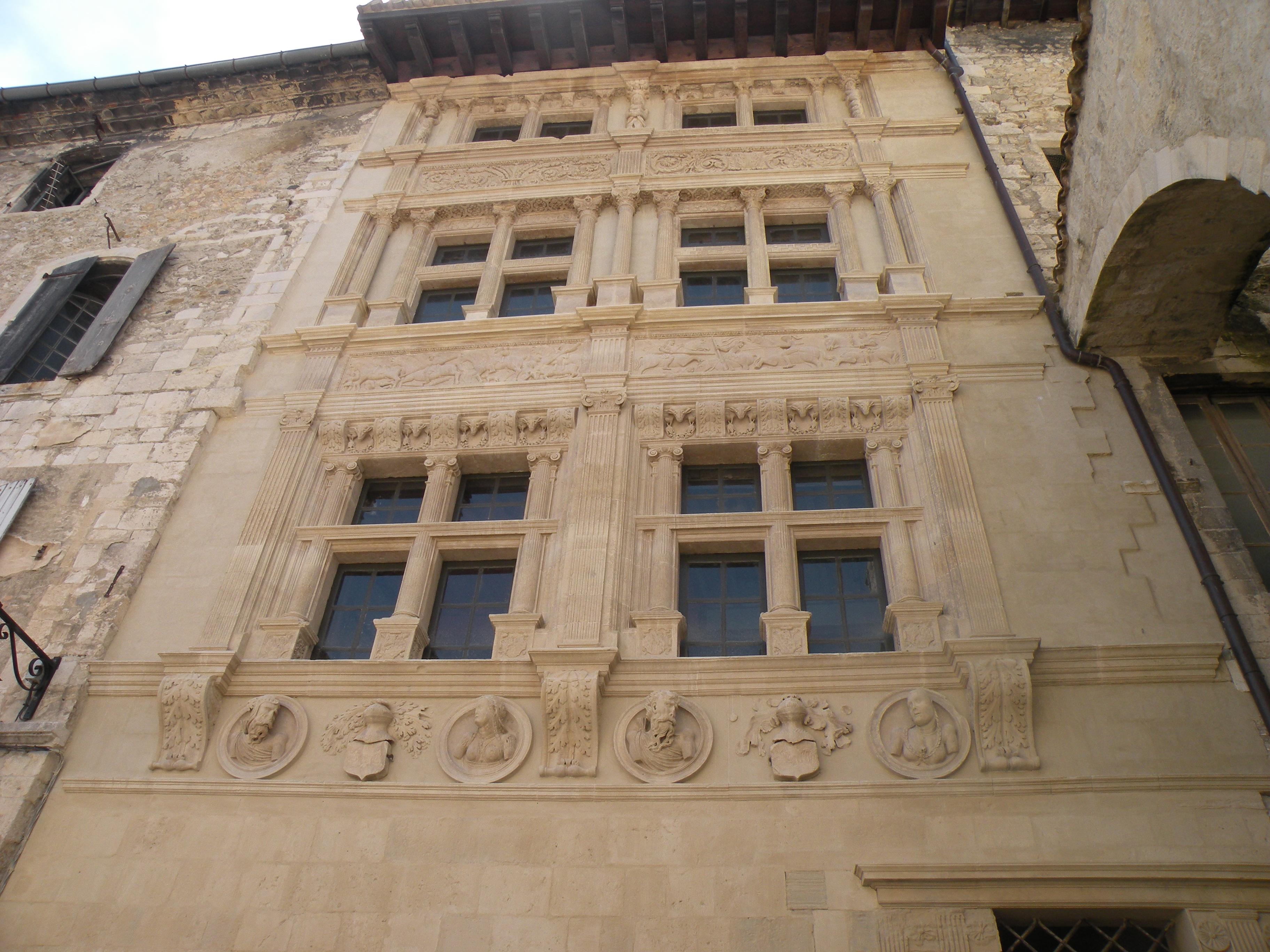 En 1564, Noël Albert, riche bourgeois enrichi par le commerce du sel et propriétaire de la demeure appelée aujourd'hui Maison des Chevaliers, profite des Guerres de Religion pour se rendre maitre de Viviers.