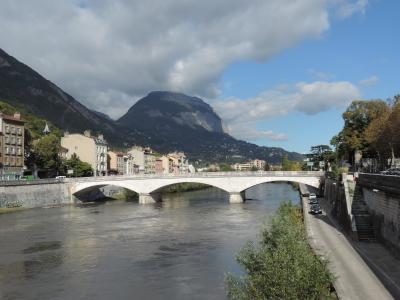 Traversée sur la rive droite de l'Isère, pour visiter le site de Saint-Laurent qui fait partie, au IVe siècle, de l'ensemble des nécropoles suburbaines de Grenoble.