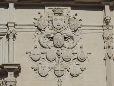 Détail des blasons sur la façade du Palais du Parlement