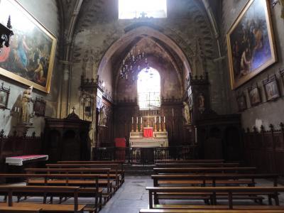 Communiquant avec la cathédrale très sobre, l'église Saint-André.