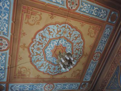 Le plafond extrêmement bien décoré d'un petit salon