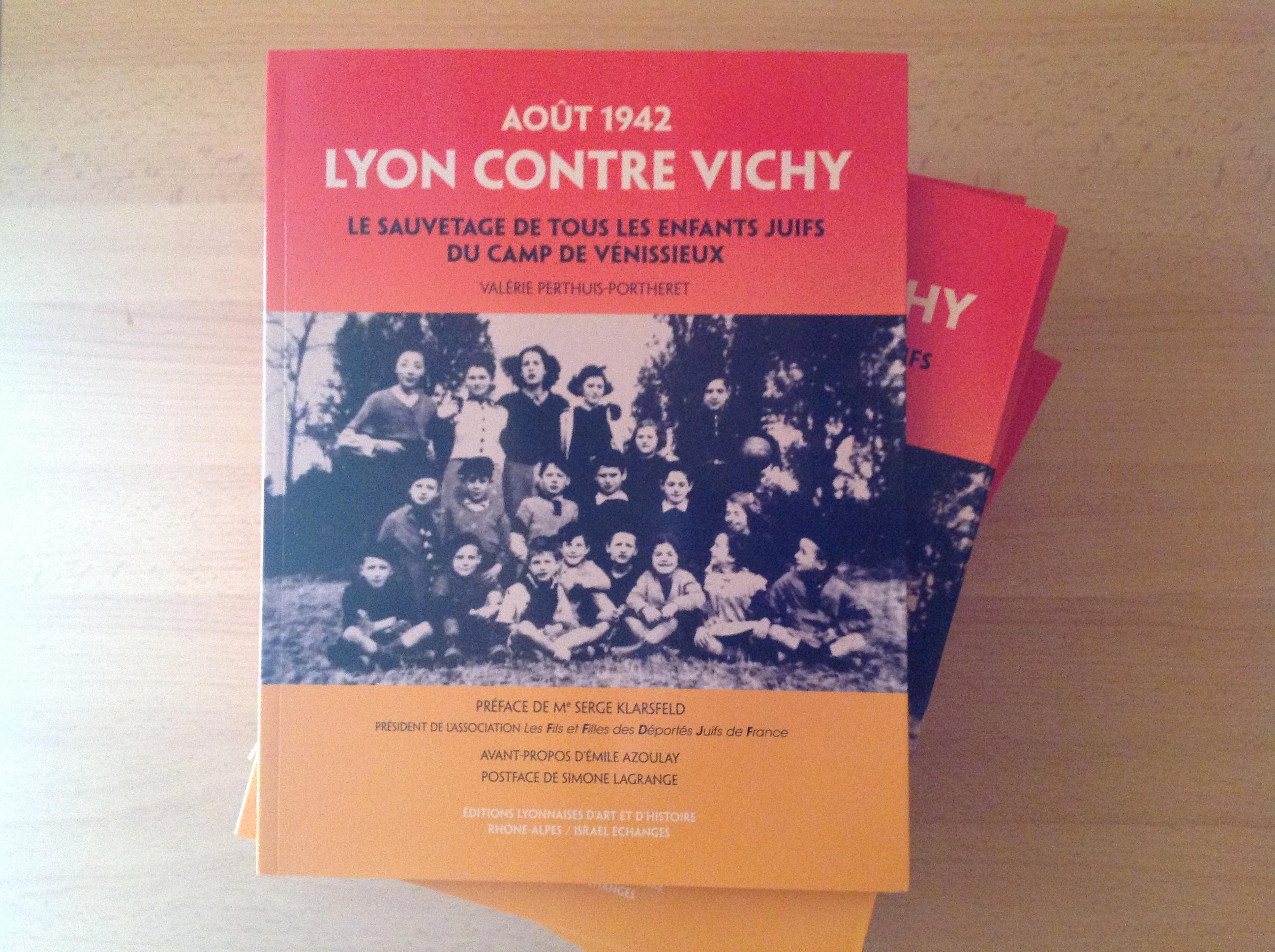 """Valérie PERTHUIS PORTHERET offre un exemplaire de son livre à l'association """"Les amis de Beauvallon""""."""