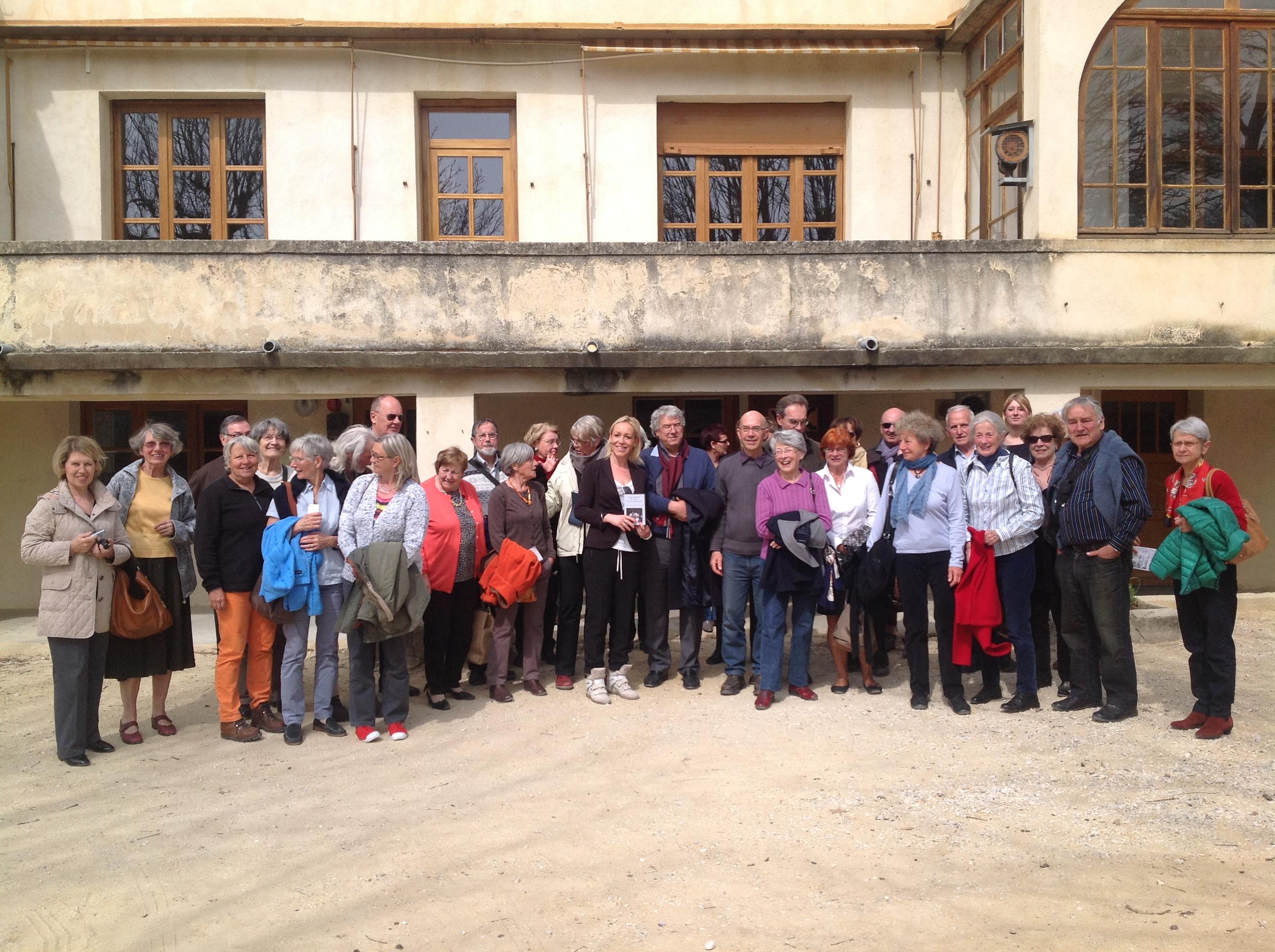 Photo de groupe devant la maison de l'Ecole