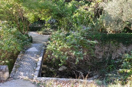 """Petit pont de pierres accédant au Jardin dit """"Du Curé"""""""