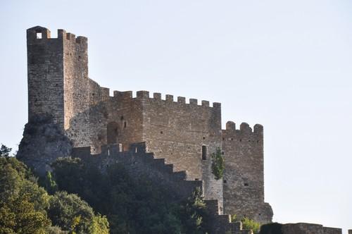 Vue sur les remparts et le château fort.