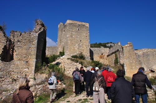 L'église en ruine jouxtant le chateau fort.